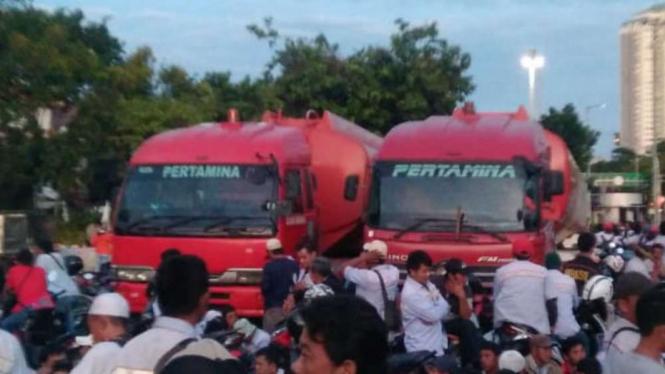 Mobil tangki Pertamina yang dibajak ada di depan Istana Merdeka.