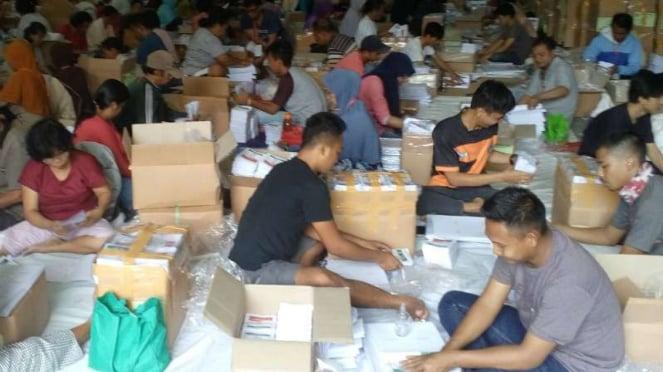 Proses pelipatan suara di gudang KPU Depok, Senin, 18 Maret 2019.