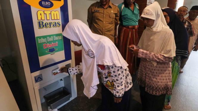 Warga antre menggunakan mesin Anjungan Tunai Mandiri (ATM) Beras di masjid Al Khalid di Kelurahan Semampir, Kota Kediri, Jawa Timur, Senin, 18 Maret 2019.