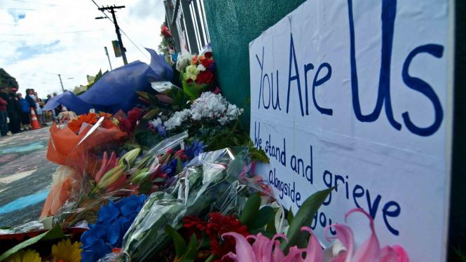 Tulisan pesan perdamaian dan bunga diletakkan warga  di depan Masjid Wellington, Kilbirnie, Wellington, Selandia Baru, Sabtu, 16 Maret 2019.