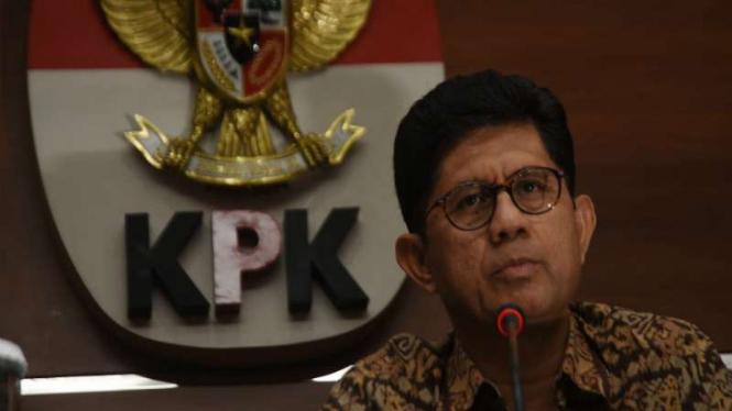 Wakil Ketua KPK Laode M. Syarief memberikan keterangan tentang kasus dugaan suap.