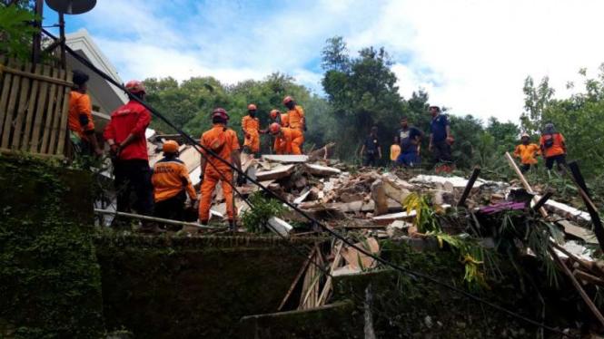 Tim SAR gabung mencari dua korban tertimbun longsor di Dusun Kedungbuweng, Desa Wukirsari, Kecamatan Imogiri, Kabupaten Bantul, DI Yogyakarta, pada Senin, 18 Maret 2019.