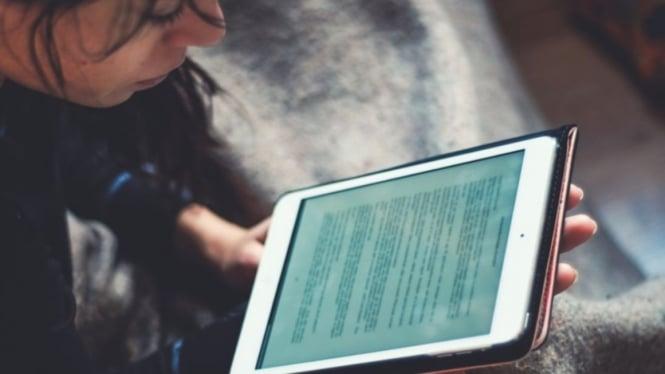 Ilustrasi belajar dengan smartphone atau belajar online.