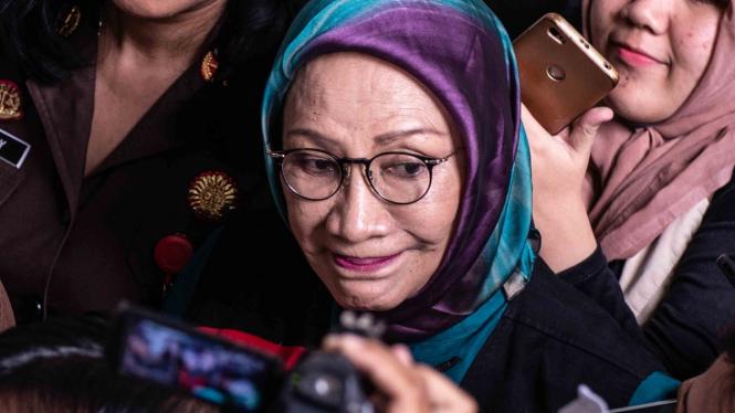 Terdakwa kasus dugaan penyebaran berita bohong atau hoaks, Ratna Sarumpaet (tengah) bergegas seusai mengikuti sidang putusan sela di PN Jakarta Selatan, Jakarta, Selasa, 19 Maret 2019.
