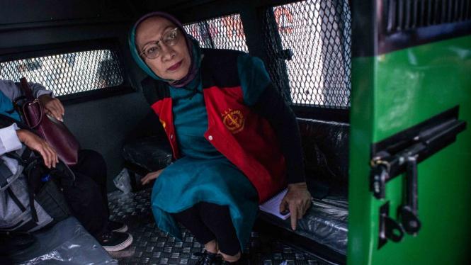 Terdakwa kasus dugaan penyebaran berita bohong (hoaks), Ratna Sarumpaet berada di dalam mobil tahanan seusai mengikuti sidang putusan sela di PN Jakarta Selatan, Jakarta, Selasa, 19 Maret 2019.