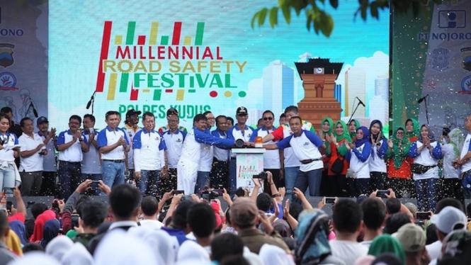 Bupati Kudus M. Tamzil (tengah), Kapolres Kudus AKBP Saptono (ketiga kanan) dan Direktur PT Nojorono Tobacco International Arifin Pamudji (kedua kanan)bersama-sama menekan tombol sirene sebagai tanda pembukaan acara nasional Kampanye Tertib Lalu Lintas.