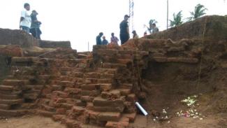 Situs Sekaran, bangunan yang diyakini berdiri pada era pra-Majapahit di kawasan proyek jalan tol Malang-Pandaan, Kabupaten Malang, Jawa Timur, dalam ekskavasi oleh tim arkeolog pada Rabu, 20 Maret 2019.