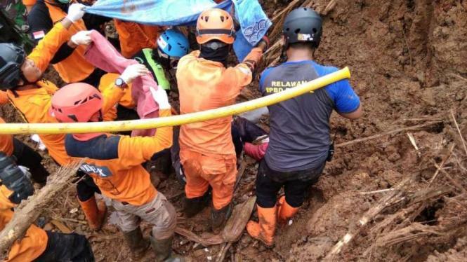Tim SAR gabungan berhasil menemukan dua warga tertimbun longsor di Dusun Kedung Buweng, Desa Wukirsari, Kecamatan Imogiri, Kabupaten Bantul, DI Yogyakarta, pada Rabu, 20 Maret 2019.