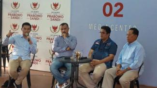 Juru Bicara BPN Prabowo-Sandi Ferdinand Hutahaea (tengah)