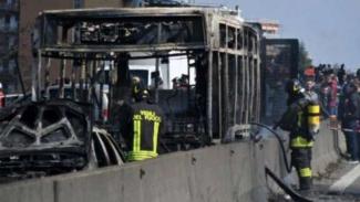 Bus sterbakar setelah menabrak tiga mobil saat pengejaran di Italia