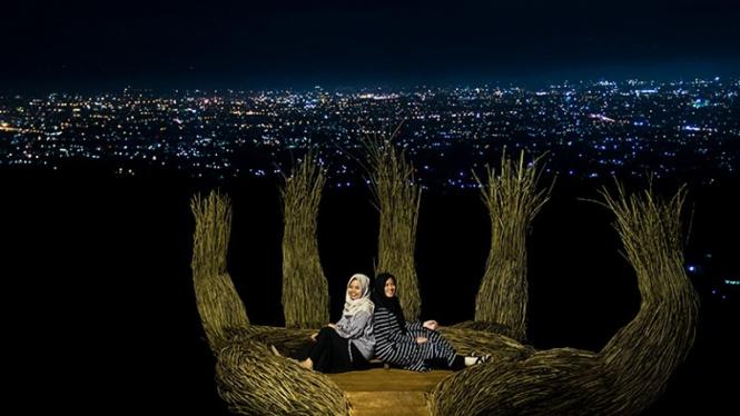 Foto malam hari di Pinus Pengger, Yogyakarta.