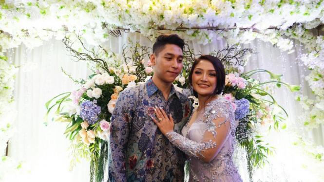 Siti Badriah bersama kekasihnya, Krisjiana Baharudin, saat lamaran 21 Maret 2019.
