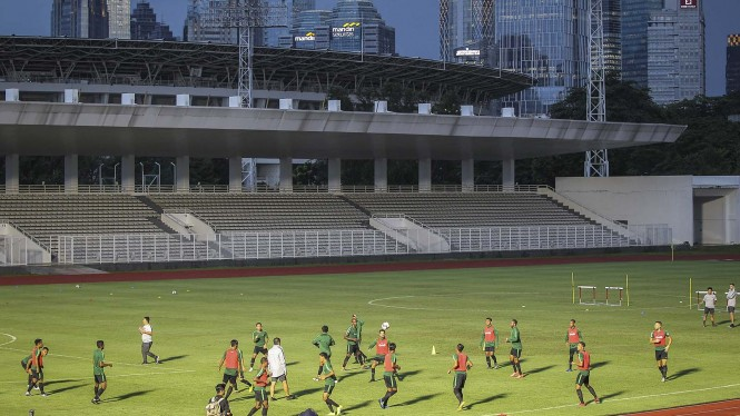 Pesepak bola timnas senior Indonesia mengikuti sesi latihan di Stadion Madya, Kompleks Gelora Bung Karno, Senayan, Jakarta, Kamis 21 Maret 2019