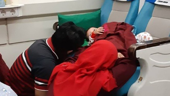 Pasangan rela duduk di lantai demi sang anak