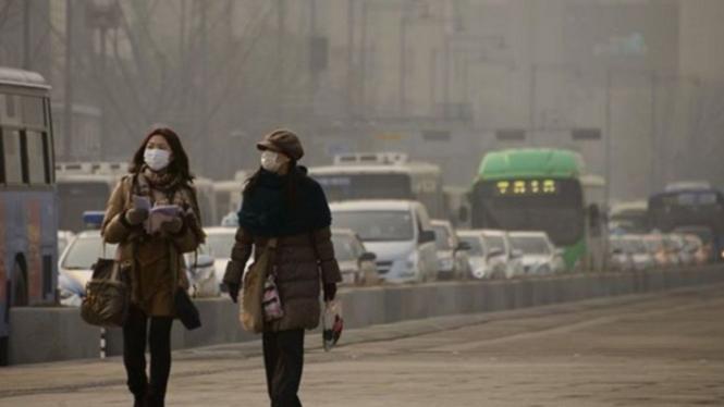 Wanita di Korea Selatan mengenakan masker