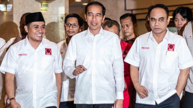 Ketua Umum Relawan Pro Jokowi (Projo) Budi Arie Setiadi (kanan).