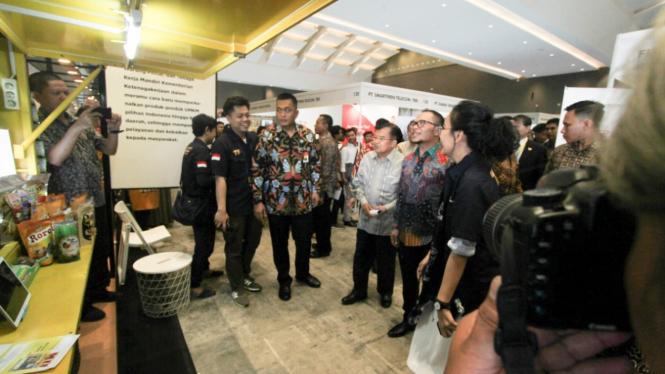 Wakil Presiden Jusuf Kalla dan Menteri Ketenagakerjaan Hanif Dhakiri saat meninjau salah satu booth wirausaha dalam acara Talent Fest 2019 di Jakarta, Jumat 22 Maret 2019.