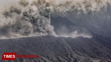 https://thumb.viva.co.id/media/frontend/thumbs3/2019/03/23/5c95cdbf89f6a-abu-vulkanik-bromo-berpotensi-jangkau-jember_375_211.jpg