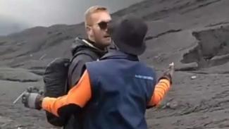 Potongan gambar rekaman video aparat menghalangi seorang turis asing yang hendak menerobos ke kawah Gunung Bromo yang sedang erupsi Jumat siang, 22 Maret 2019.
