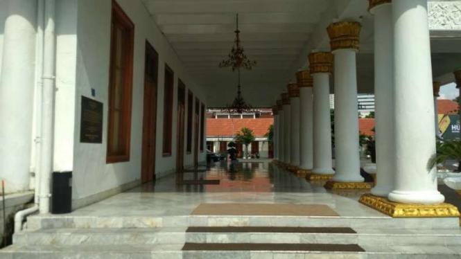 Teras Gedung Negara Grahadi Surabaya yang sudah kosong dari kursi-kursi.
