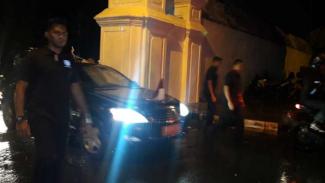 Mobil kepresidenan Presiden Joko Widodo keluar dari kompleks Keraton Yogyakarta pada Sabtu malam, 23 Maret 2019.