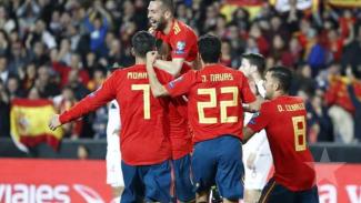 Para pemain Timnas Spanyol rayakan gol.