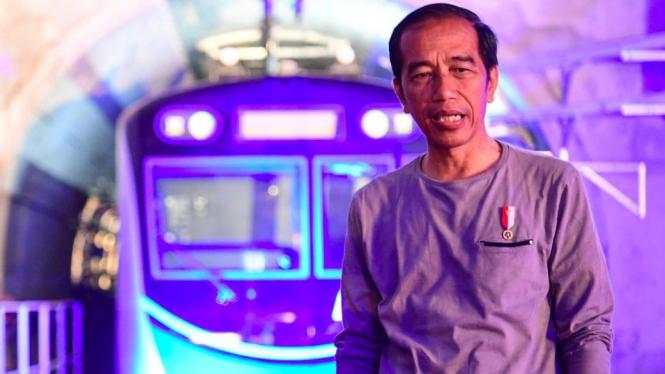 Presiden Jokowi saat mengecek langsung Stasiun MRT Bundaran HI menjelang peresmian, Minggu (24/03) pagi. - ANTARA FOTO/Hafidz Mubarak A