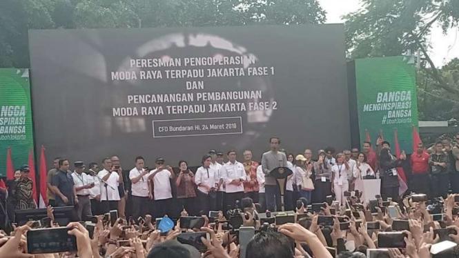 Presiden Joko Widodo (Tengah) resmikan MRT Jakarta Fase 1.