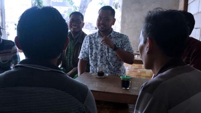 Fandi Akhmad Yani saat berdiskusi bersama kaum milenial di warung kopi (Foto: Istimewa)