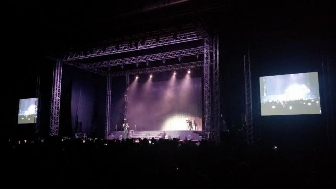 Isyana Sarasvati di Konser Boyzone