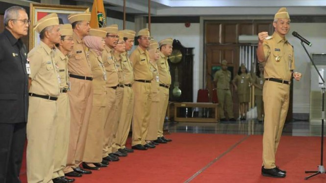Gubernur Jawa Tengah Ganjar Pranowo saat memimpin Apel Pagi seluruh ASN di lingkungan Pemerintah Provinsi Jawa Tengah di Semarang, Senin, 25 Maret 2019.
