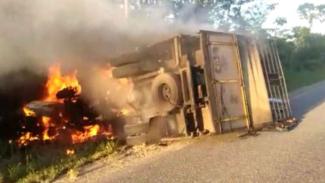 Truk terbakar setelah tabrakan dengan mobil Avanza di Jambi, Senin 25 Maret 2019