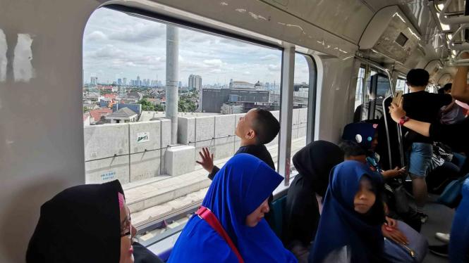 Warga mengikuti uji coba publik pengoperasian MRT (Mass Rapid Transit) fase I koridor Lebak Bulus - Bundaran HI di Jakarta