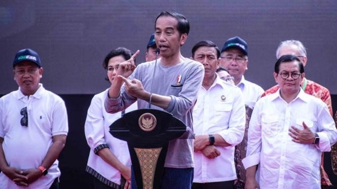 Presiden Joko Widodo (tengah) memberikan sambutan dalam acara Peresmian MRT Jaka