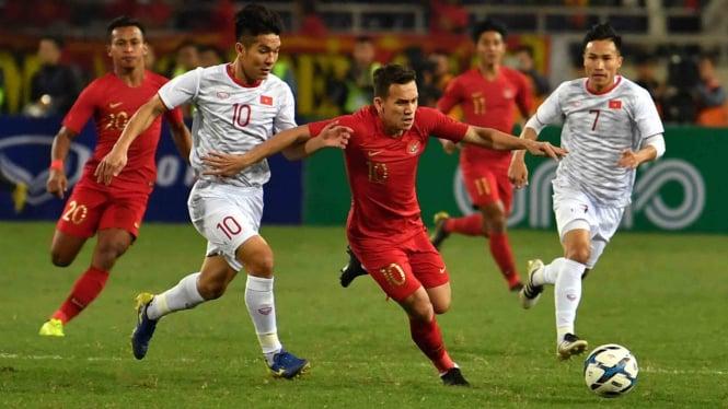 Pesepak bola tim nasional U-23 Indonesia Egy Maulana (ketiga kiri) berupaya melewati pesepak bola tim nasional Vietnam U-23 Truong Van Thai Qui (kedua kiri), pada pertandingan sepak bola Grup K kualifikasi Piala Asia U-23 AFC 2020, di Stadion Nasional My
