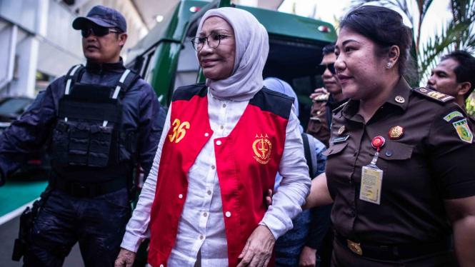 Terdakwa kasus dugaan penyebaran berita bohong atau hoaks, Ratna Sarumpaet (tengah) bersiap mengikuti sidang lanjutan di PN Jakarta Selatan, Jakarta, Selasa, 26 Maret 2019.