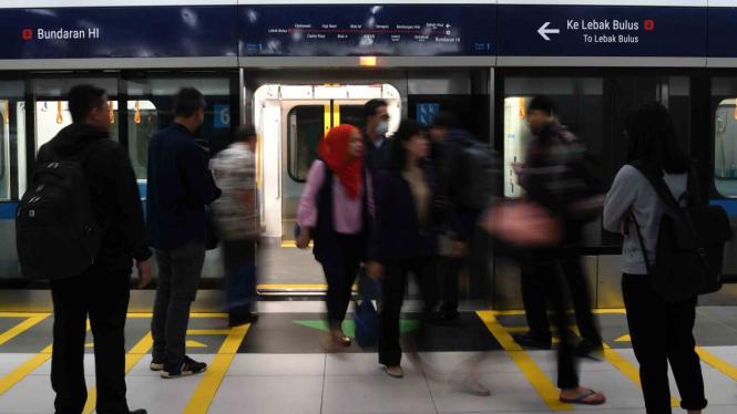 Penumpang keluar dari gerbong kereta MRT di Stasiun MRT Bundaran HI, Jakarta, Selasa, 26 Maret 2019.