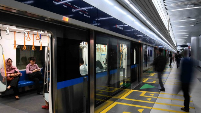 Penumpang menaiki kereta MRT di Stasiun MRT Bundaran HI, Jakarta, Selasa, 26 Maret 2019.