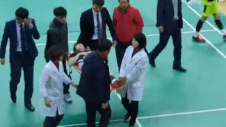 Son Wan Ho dievakuasi dari lapangan.
