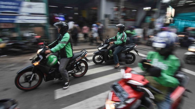 Sejumlah pengemudi ojek daring menunggu penumpang di depan Stasiun Sudirman, Jakarta
