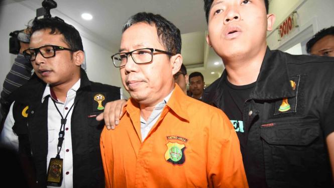 Mantan Plt Ketua Umum PSSI Joko Driyono (tengah) mengenakan rompi tahanan seusai menjalani pemeriksaan di Ditreskrimum Polda Metro Jaya, Jakarta