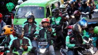 Pengemudi ojek online (ojol) menunggu penumpang di kawasan Paledang, Kota Bogor, Jawa Barat.