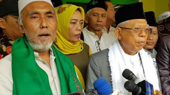 Cawapres Ma'ruf Amin bersama pengasuh Ponpes Al-Iman Bulus, Habib Hasan Agil