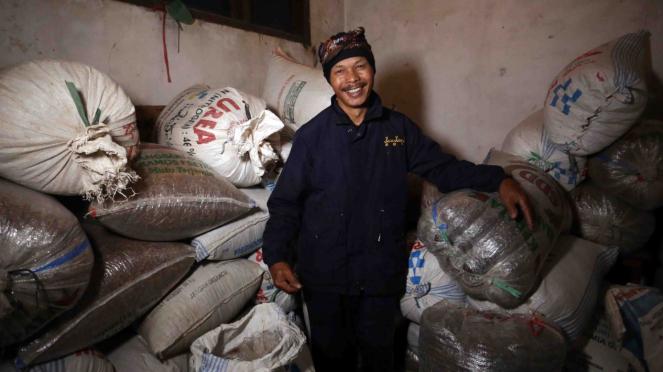 sorot kopi jawa barat - Petani kopi berada di tempat penyimpanan kopi