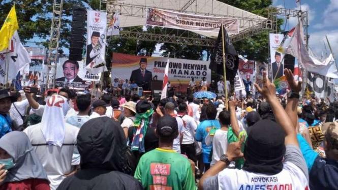 Bendera tauhid berkibar saat kampanye Prabowo di Manado, Minggu, 24 Maret 2019.