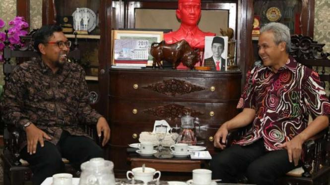 Gubernur Jawa Tengah Ganjar Pranowo (kanan) bersama Direktur Pendidikan dan Pelayanan Masyarakat KPK Giri Suprapdiono di Semarang, Selasa malam, 26 Maret 2019.