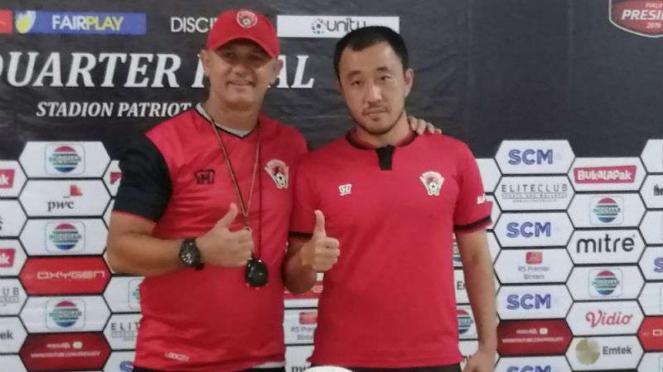 Pelatih Kalteng Putra, Mario Gomes de Olivera (kiri).