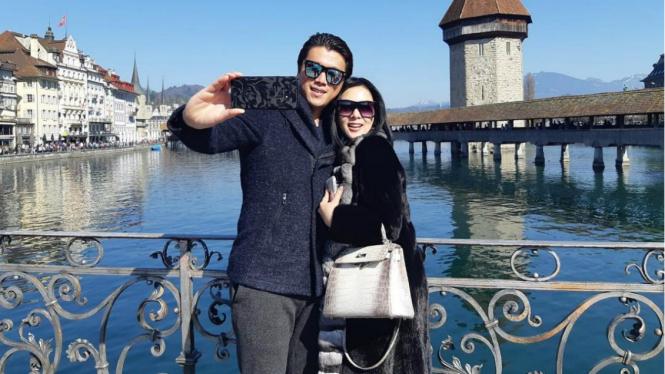 Reino dan Syahrini berlibur ke Swiss.