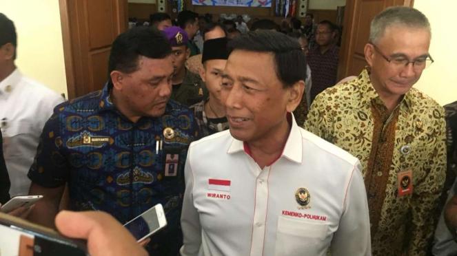 Menteri Koordinator Bidang Politik Hukum dan Keamanan, Wiranto, usai menghadiri Seminar Nasional Forum Nasional Mahasiswa Anti-Penyalahgunaan Narkoba 2019 di Tangerang Selatan, Kamis, 28 Maret 2019.
