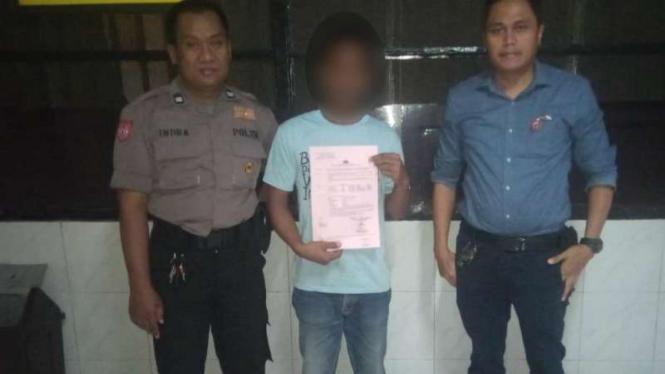 Pria tersangka pencabul anak tirinya, setelah ditangkap dan ditahan di Markas Polisi.